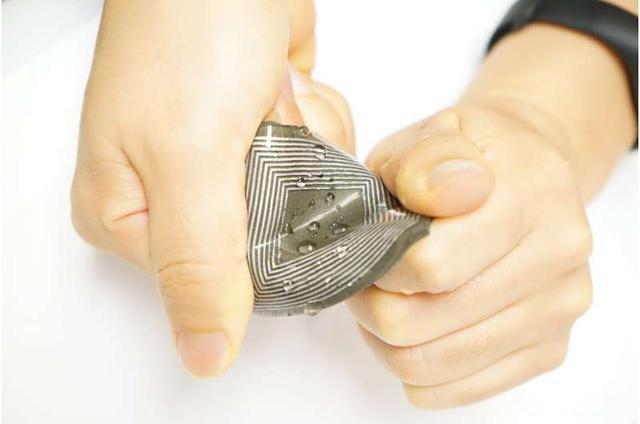 液态金属软磁弹性复合材料用于可拉伸和防水的磁弹性人体发电机